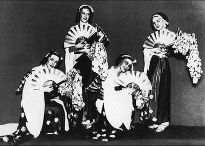 Гастроли в Японии. Ларисса — крайняя слева. 1936